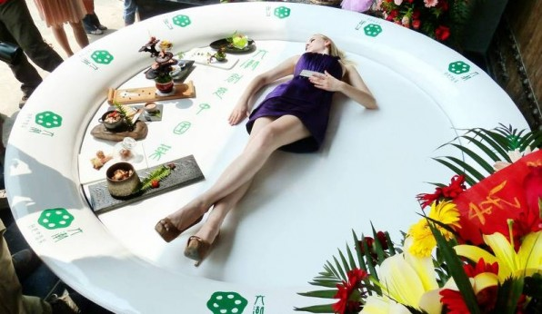 modelo-lituana-se-presenta-en-el-plato-para-la-apertura-de-un-restaurante-en-nanjing-596x346
