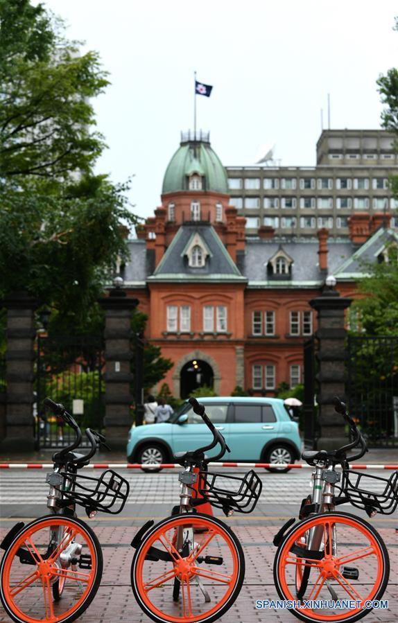 SAPPORO, agosto 22, 2017 (Xinhua) -- Bicicletas compartidas permanecen frente a un edificio en Sapporo, Japón, el 22 de agosto de 2017. Mobike, una de las mayores compañías de bicicletas compartidas de China, comenzó a funcionar el martes en Japón. (Xinhua/Hua Yi)