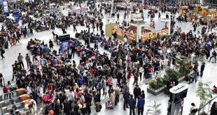 SHENYANG, octubre 1, 2017 (Xinhua) -- Pasajeros esperan trenes en la Estación de Trenes Norte de Shenyang, en Shenyang, capital de la provincia de Liaoning, en el noreste de China, el 1 de octubre de 2017. Muchas partes de China fueron testigo de un alza en los viajes durante el primer día del feriado por el Día Nacional. (Xinhua/Long Lei)
