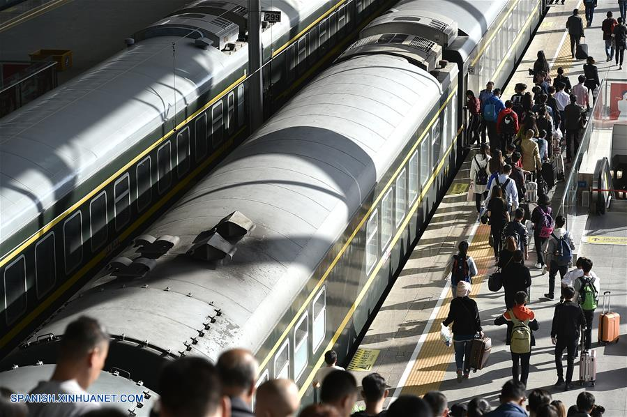 YINCHUAN, octubre 1, 2017 (Xinhua) -- Pasajeros se preparan para abordar un tren en la Estación de Trenes de Yinchuan, en Yinchuan, capital de la Región Autónoma Hui de Ningxia, en el noroeste de China, el 1 de octubre de 2017. Muchas partes de China fueron testigo de un alza en los viajes durante el primer día del feriado por el Día Nacional. (Xinhua/Li Ran)
