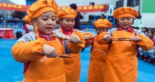 """ZHEJIANG, diciembre 7, 2017 (Xinhua) -- Niños prueban azúcar de malta, un bocadillo tradicional local, en ocasión del """"Daxue"""", el veintiuno de los Veinticuatro Términos Solares, en el Jardín de Niños Central, en el municipio de Huaikan del condado de Changxing, provincia de Zhejiang, en el este de China, el 7 de diciembre de 2017. (Xinhua/Xu Yu)"""