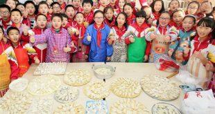 HEBEI, diciembre 21, 2017 (Xinhua) -- Estudiantes de una escuela primaria elaboran bolas de masa hervida para trabajadores de saneamiento para recibir al próximo festival del Solsticio de invierno, en Zhangjiakou, provincia de Hebei, en el norte de China, el 21 de diciembre de 2017. El Solsticio de invierno, el día más corto del año, cae el 22 de diciembre este año. En la cultura china el Solsticio de invierno marca el comienzo del invierno profundo y un descando para las actividades agrícolas en la sociedad agrícola tradicional. Es también un tiempo para las reuniones familiares. (Xinhua/Wang Xiao)