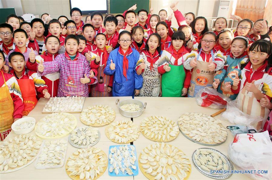 HEBEI, diciembre 21, 2017 (Xinhua) -- Estudiantes de una escuela primaria elaboran bolas de masa hervida para trabajadores de saneamiento para recibir al próximo festival del Solsticio de invierno, en Zhangjiakou, provincia de Hebei, en el norte de China, el 21 de diciembre de 2017.  <a href=