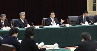 (180304) -- BEIJING, March 4, 2018 (Xinhua) -- Chinese Premier Li Keqiang joins a panel discussion with political advisors from economic and agricultural sectors at the first session of the 13th National Committee of the Chinese People's Political Consultative Conference (CPPCC) in Beijing, capital of China, March 4, 2018.  (Xinhua/Pang Xinglei)