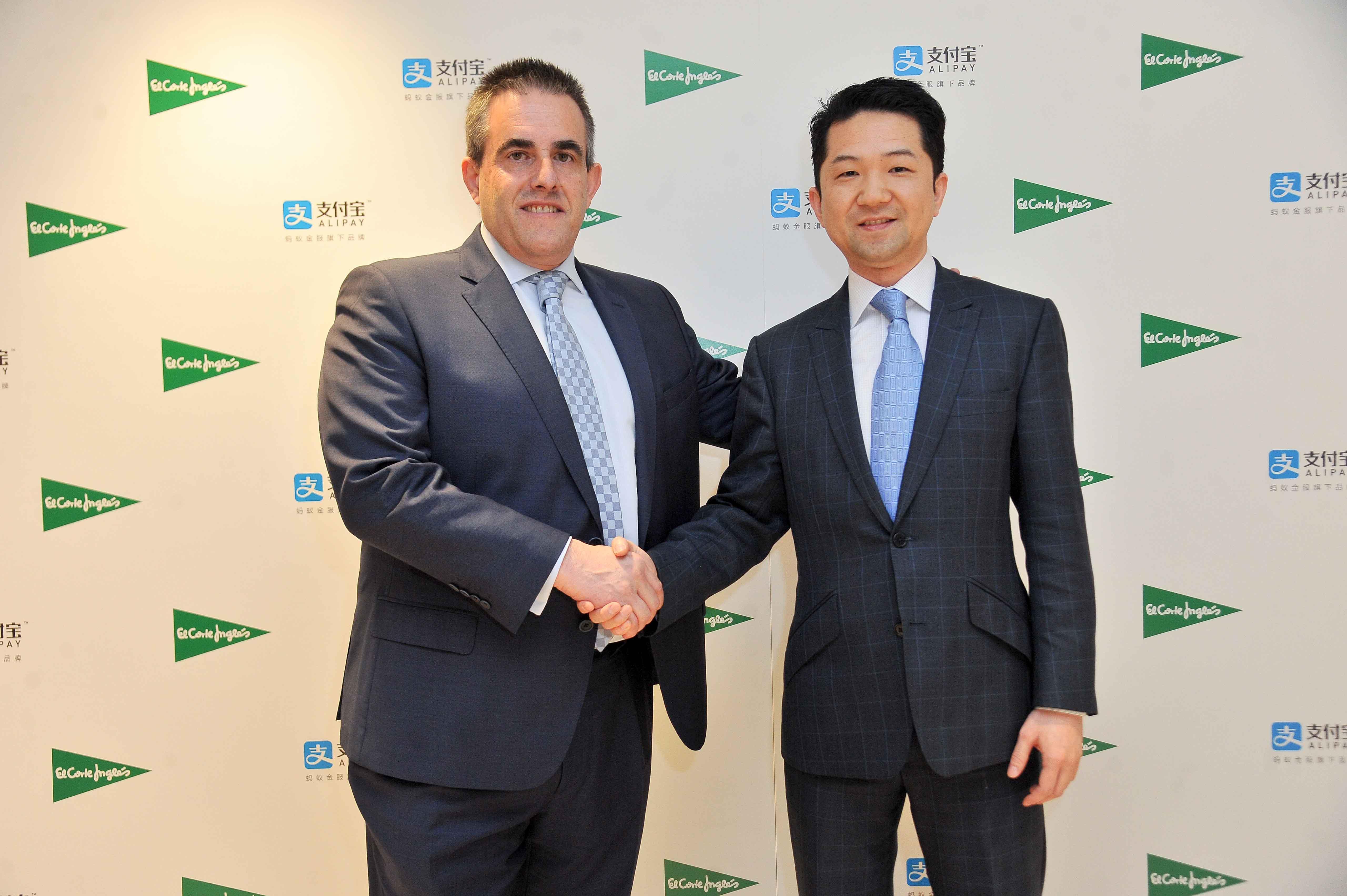 El consejero delegado de El Corte Inglés, Victor del Pozo y el director de desarrollo de negocio de Alipay en EMEA, Tao Tao