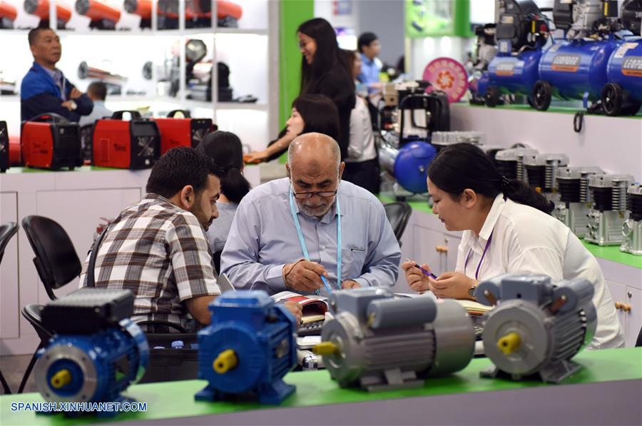 GUANGDONG, abril 19, 2018 (Xinhua) -- Visitantes piden información acerca de los productos mecánicos y eléctricos durante la 123 Feria de Importación y Exportación de China, comunmente conocida como Feria de Cantón, en Guangzhou, provincia de Guangdong, en el sur de China, el 19 de abril de 2018. La primera fase de la 123 sesión de la Feria de Cantón concluyó el jueves. (Xinhua/Lu Hanxin)