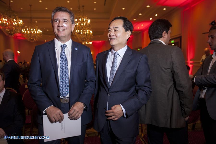 """BUENOS AIRES, abril 26, 2018 (Xinhua) -- El embajador de China en Argentina, Yang Wanming (d), y el ministro de Agroindustria argentino, Luis Etchevehere (i), participan durante el seminario """"Nueva era, futuro compartido/Nuevas oportunidades: la Expo Internacional de Importación de China y la Iniciativa de la Franja y la Ruta"""", en un hotel del barrio de Retiro, en el norte de Buenos Aires, Aregentina, el 26 de abril de 2018. (Xinhua/Martín Zabala)"""