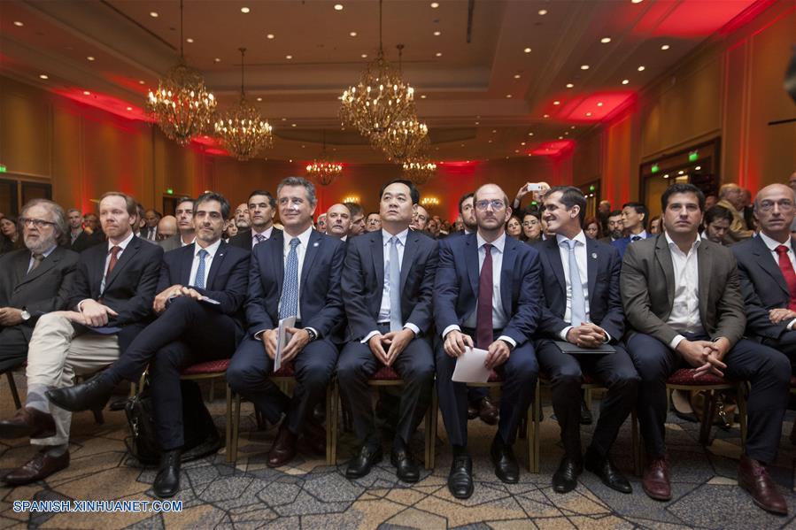 """BUENOS AIRES, abril 26, 2018 (Xinhua) -- El embajador de China en Argentina, Yang Wanming (c), el ministro de Agroindustria de Argentina, Luis Etchevehere (4-i), y el secretario de Comercio argentino, Miguel Braun (4-d), participan durante el seminario """"Nueva era, futuro compartido/Nuevas oportunidades: la Expo Internacional de Importación de China y la Iniciativa de la Franja y la Ruta"""", en un hotel del barrio de Retiro, en el norte de Buenos Aires, Aregentina, el 26 de abril de 2018. (Xinhua/Martín Zabala)"""