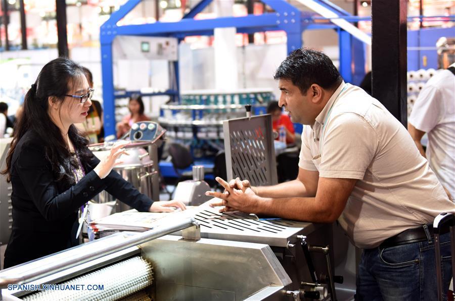 GUANGDONG, abril 19, 2018 (Xinhua) -- Un visitante negocia con la expositora durante la 123 Feria de Importación y Exportación de China, comunmente conocida como Feria de Cantón, en Guangzhou, provincia de Guangdong, en el sur de China, el 19 de abril de 2018. La primera fase de la 123 sesión de la Feria de Cantón concluyó el jueves. (Xinhua/Lu Hanxin)