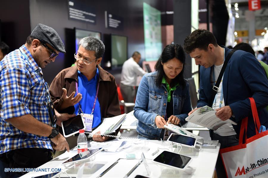 GUANGDONG, abril 19, 2018 (Xinhua) -- Visitantes piden información acerca de los productos eléctricos durante la 123 Feria de Importación y Exportación de China, comunmente conocida como Feria de Cantón, en Guangzhou, provincia de Guangdong, en el sur de China, el 19 de abril de 2018. La primera fase de la 123 sesión de la Feria de Cantón concluyó el jueves. (Xinhua/Lu Hanxin)