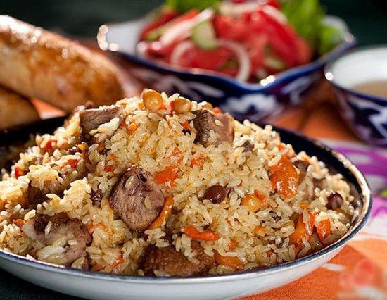 arroz con carne de res, cebolla, champiñón, pimiento