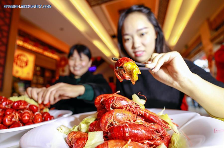 JIANGSU, enero 23, 2018 (Xinhua) -- Personas prueban cangrejos de río en un restaunante, en el condado de Xuyi de Huai'an, provincia de Jiangsu, en el este de China, el 23 de enero de 2018. El cangrejo de río es la famosa especialidad del condado de Xuyi y la demanda de cangrejos aumenta a medida que el Festival de Primavera se acerca. (Xinhua/Zhou Haijun)