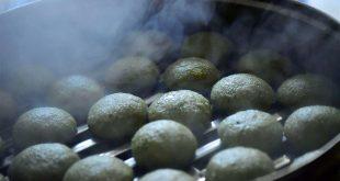 ENSHI, 12 abr (Xinhua) -- Lugareños elaboran Baba en el pueblo Huoshaoying, del municipio Gaoluo del distrito Xuan'en de la provincia central china de Hubei. Como una tradición, los aldeanos hacen Baba al vapor, un bocadillo que se prepara con hierbas locales y arroz glutinoso cada primavera.  (Xinhua/Song Wen)