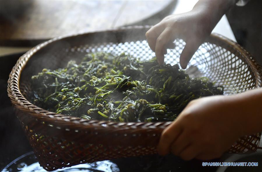 ENSHI, 12 abr (Xinhua) -- Fan Xianfeng, aldeana de 71 años de edad, elabora Baba en el pueblo Huoshaoying, del municipio Gaoluo del distrito Xuan'en de la provincia central china de Hubei. Como una tradición, los aldeanos hacen Baba al vapor, un bocadillo que se prepara con hierbas locales y arroz glutinoso cada primavera.  (Xinhua/Song Wen)