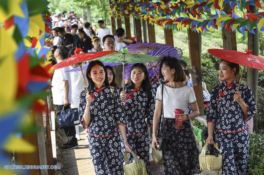 HENAN, abril 30, 2018 (Xinhua) -- Imagen del 29 de abril de 2018 de estudiantes universitarias participando en una actividad en el punto escénico del lago Nanwan, en la ciudad de Xinyang, en la provincia de Henan, en el centro de China. Las aldeas de la ciudad de Xinyang han desarrollado en los últimos años sus atractivos turísticos característicos con elementos locales. (Xinhua/Tao Ming)