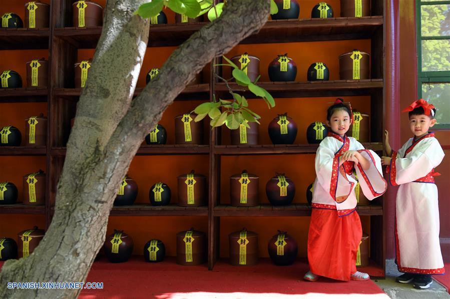 BEIJING, mayo 3, 2018 (Xinhua) -- Dos niños portando vestimentas clásicas chinas se alistan para una ceremonia tradicional de preservación del té llevada a cabo en el Templo Xiangjie del Parque Badachu, en Beijing, capital de China, el 3 de mayo de 2018. La ceremonia de preservación del té ha sido parte de la cultura china del té. En tal ceremonia, las hojas de té son colocadas en urnas de cerámica antes de ser selladas para su preservación. (Xinhua/Li Jundong)