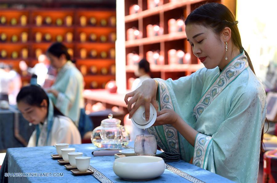 BEIJING, mayo 3, 2018 (Xinhua) -- Una joven muestra el arte de la elaboración del té durante una ceremonia tradicional de preservación del té llevada a cabo en el Templo Xiangjie del Parque Badachu, en Beijing, capital de China, el 3 de mayo de 2018. La ceremonia de preservación del té ha sido parte de la cultura china del té. En tal ceremonia, las hojas de té son colocadas en urnas de cerámica antes de ser selladas para su preservación. (Xinhua/Li Jundong)
