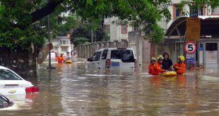 Rescatistas evacúan a residentes afectados por las inundaciones en Xiamen, en la provincia de Fujian, en el sureste de China, el 7 de mayo de 2018. La zona registró inundaciones repentinas debido a las fuertes lluvias. (Xinhua/Str)