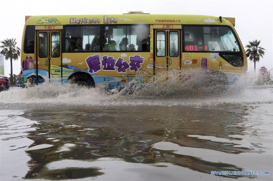 Un autobús transita por una calle inundada en Xiamen, en la provincia de Fujian, en el sureste de China, el 7 de mayo de 2018. La zona registró inundaciones repentinas debido a las fuertes lluvias. (Xinhua/Zeng Demeng)
