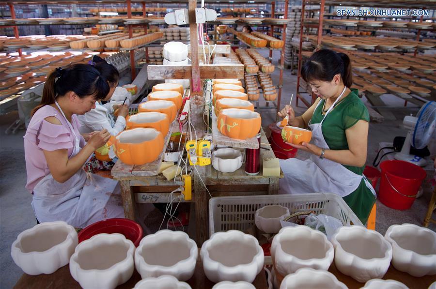 FUJIAN, mayo 17, 2018 (Xinhua) -- Imagen del 15 de mayo de 2018 de trabajadoras coloreando la loza sin hornear, en el condado de Dehua de Quanzhou, provincia de Fujian, en el sureste de China. Dehua, es base de la famosa cerámica de China, tiene unas 2,600 empresas de cerámica y más de 100,000 empleados relacionados. El condado ha promovido el horno eléctrico para proteger el medio ambiente y elevó toda la cadena industrial de la cerámica. En 2017, el valor de salida de la industria de la cerámica en Dehua alcanzó los 3.58 millones de dólares estadounidenses. (Xinhua/Jiang Kehong)