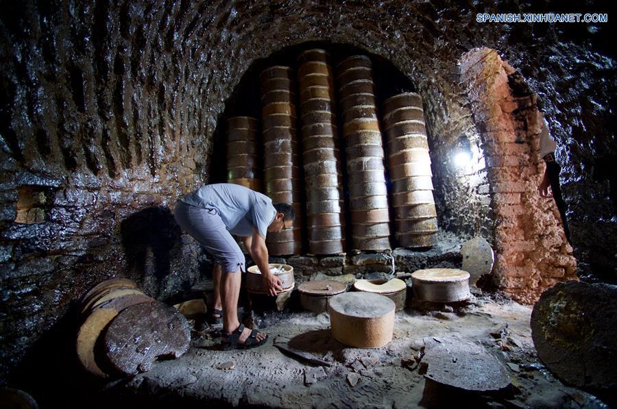 FUJIAN, mayo 17, 2018 (Xinhua) -- Imagen del 15 de mayo de 2018 de un artesano colocando la loza sin hornear dentro de un horno, en el condado de Dehua de Quanzhou, provincia de Fujian, en el sureste de China. Dehua, es base de la famosa cerámica de China, tiene unas 2,600 empresas de cerámica y más de 100,000 empleados relacionados. El condado ha promovido el horno eléctrico para proteger el medio ambiente y elevó toda la cadena industrial de la cerámica. En 2017, el valor de salida de la industria de la cerámica en Dehua alcanzó los 3.58 millones de dólares estadounidenses. (Xinhua/Jiang Kehong)