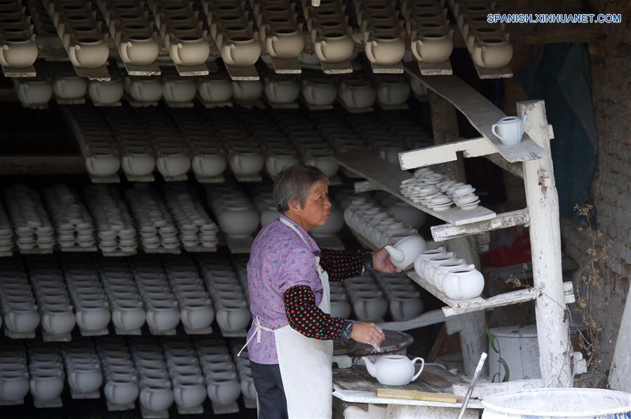 FUJIAN, mayo 17, 2018 (Xinhua) -- Imagen del 15 de mayo de 2018 de una mujer trabajando en una villa de cerámica en el condado de Dehua de Quanzhou, provincia de Fujian, en el sureste de China. Dehua, es base de la famosa cerámica de China, tiene unas 2,600 empresas de cerámica y más de 100,000 empleados relacionados. El condado ha promovido el horno eléctrico para proteger el medio ambiente y elevó toda la cadena industrial de la cerámica. En 2017, el valor de salida de la industria de la cerámica en Dehua alcanzó los 3.58 millones de dólares estadounidenses. (Xinhua/Jiang Kehong)