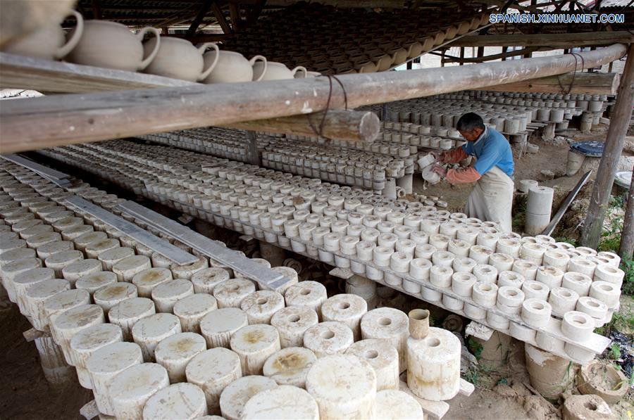 FUJIAN, mayo 17, 2018 (Xinhua) -- Imagen del 15 de mayo de 2018 de un artesano arreglando moldes, en el condado de Dehua de Quanzhou, provincia de Fujian, en el sureste de China. Dehua, es base de la famosa cerámica de China, tiene unas 2,600 empresas de cerámica y más de 100,000 empleados relacionados. El condado ha promovido el horno eléctrico para proteger el medio ambiente y elevó toda la cadena industrial de la cerámica. En 2017, el valor de salida de la industria de la cerámica en Dehua alcanzó los 3.58 millones de dólares estadounidenses. (Xinhua/Jiang Kehong)