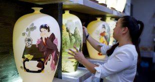 FUJIAN, mayo 17, 2018 (Xinhua) -- Imagen del 14 de mayo de 2018 de una empleada limpiando un producto de ceramica, en el condado de Dehua de Quanzhou, provincia de Fujian, en el sureste de China. Dehua, es base de la famosa cerámica de China, tiene unas 2,600 empresas de cerámica y más de 100,000 empleados relacionados. El condado ha promovido el horno eléctrico para proteger el medio ambiente y elevó toda la cadena industrial de la cerámica. En 2017, el valor de salida de la industria de la cerámica en Dehua alcanzó los 3.58 millones de dólares estadounidenses. (Xinhua/Zhang Chuanqi)