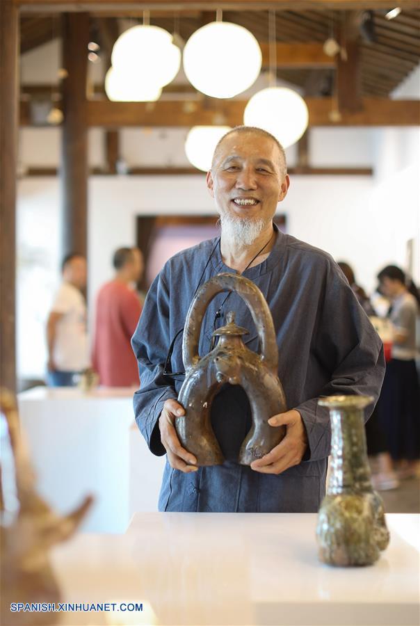 SICHUAN, mayo 18, 2018 (Xinhua) -- Un artista de la porcelana de República de Corea muestra sus trabajos en un parque de la reliquia arqueológica del horno Qiong, en Qionglai de Chengdu, provincia de Sichuan, en el suroeste de China, el 18 de mayo de 2018. Un parque de la reliquia arqueológica del horno Qiong fue inaugurado el viernes en Qionglai. (Xinhua/Jiang Hongjing)