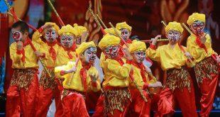 HUBEI, mayo 21, 2018 (Xinhua) -- Estudiantes presentan la Danza del Rey Mono en un centro cultural y deportivo en Wuhan, en la provincia de Hubei, en el centro de China, el 21 de mayo de 2018. Alrededor de 50 óperas tradicionales chinas fueron puestas en escena, con actores jóvenes desde el jardín de niños hasta la secundaria. (Xinhua/Zhao Jun)