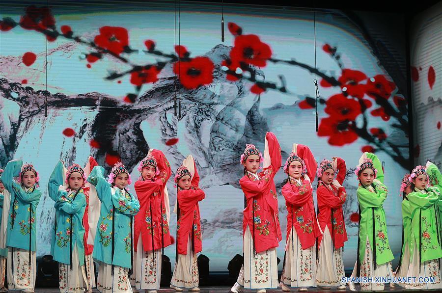 HUBEI, mayo 21, 2018 (Xinhua) -- Estudiantes presentan la Opera Hanchu en un centro cultural y deportivo en Wuhan, en la provincia de Hubei, en el centro de China, el 21 de mayo de 2018. Alrededor de 50 óperas tradicionales chinas fueron puestas en escena, con actores jóvenes desde el jardín de niños hasta la secundaria. (Xinhua/Zhao Jun)