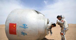 """Imagen del 17 de mayo de 2018 de los """"taikonautas"""" (término con que se designa a los astronautas chinos formado a partir de """"taikong"""", espacio en mandarín) Nie Haisheng (i) y Liu Wang (d) saliendo de una cápsula de reingreso durante un entrenamiento de supervivencia, en el Desierto Badain Jaran, provincia de Gansu, noroeste de China. Quince """"taikonautas"""" chinos completaron el entrenamiento de supervivencia en el desierto en lo profundo del Desierto Badain Jaran cerca del Centro de Lanzamiento de Satélites de Jiuquan, en el noroeste de China. Organizado por el Centro de Astronautas de China (ACC, por sus siglas en inglés), el programa fue diseñado para preparar a los """"taikonautas"""" con la capacidad de sobrevivir en el desierto en caso de que su cápsula de reingreso aterrice lejos del objetivo. (Xinhua/Chen Bin)"""