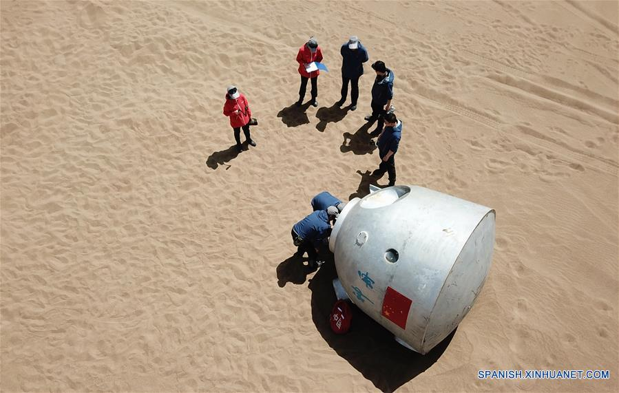 """GANSU, mayo 27, 2018 (Xinhua) -- Imagen del 17 de mayo de 2018 de trabajadores preparando un entrenamiento de supervivencia para los """"taikonautas"""" (término con que se designa a los astronautas chinos formado a partir de """"taikong"""", espacio en mandarín) en el Desierto Badain Jaran, provincia de Gansu, noroeste de China. Quince """"taikonautas"""" chinos completaron el entrenamiento de supervivencia en el desierto en lo profundo del Desierto Badain Jaran cerca del Centro de Lanzamiento de Satélites de Jiuquan, en el noroeste de China. Organizado por el Centro de Astronautas de China (ACC, por sus siglas en inglés), el programa fue diseñado para preparar a los """"taikonautas"""" con la capacidad de sobrevivir en el desierto en caso de que su cápsula de reingreso aterrice lejos del objetivo. (Xinhua/Chen Bin)"""