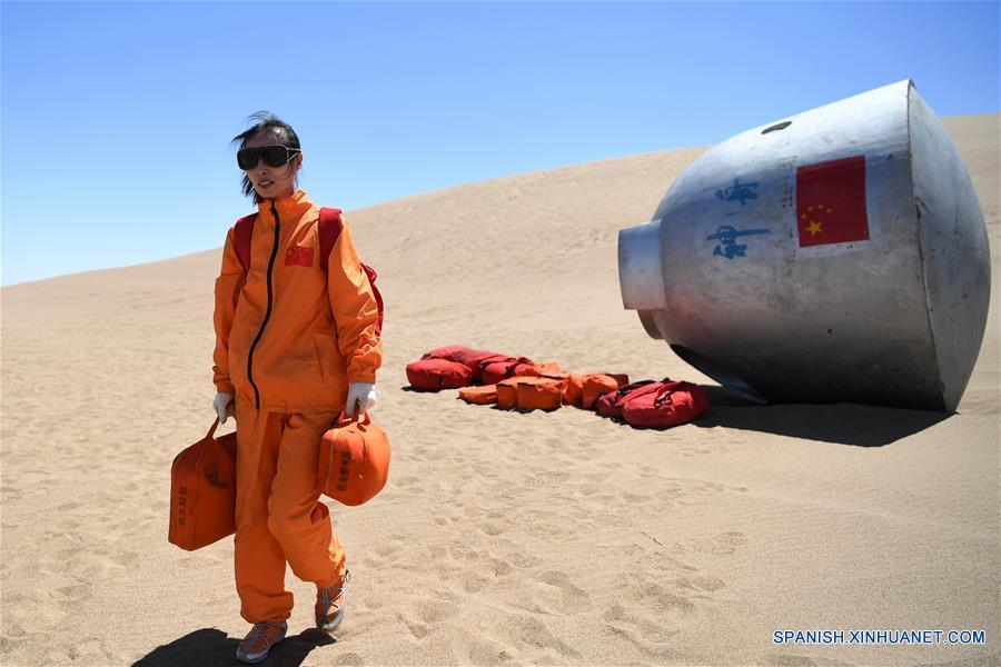 """GANSU, mayo 27, 2018 (Xinhua) -- Imagen del 22 de mayo de 2018 de la """"taikonauta"""" (término con que se designa a los astronautas chinos formado a partir de """"taikong"""", espacio en mandarín) Wang Yaping participando en un entrenamiento de supervivencia, en el Desierto Badain Jaran, provincia de Gansu, noroeste de China. Quince """"taikonautas"""" chinos completaron el entrenamiento de supervivencia en el desierto en lo profundo del Desierto Badain Jaran cerca del Centro de Lanzamiento de Satélites de Jiuquan, en el noroeste de China. Organizado por el Centro de Astronautas de China (ACC, por sus siglas en inglés), el programa fue diseñado para preparar a los """"taikonautas"""" con la capacidad de sobrevivir en el desierto en caso de que su cápsula de reingreso aterrice lejos del objetivo. (Xinhua/Chen Bin)"""