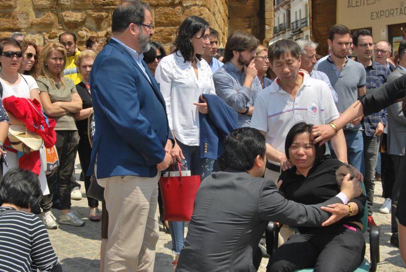 3中国驻西使馆领事参赞朱健先生慰问被害者家属