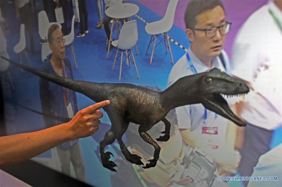 Una pizarra inteligente es presentada por un expositor durante la 16 Feria Internacional de Servicios de Software e Información de China, en Dalian, provincia de Liaoning, en el noreste de China, el 12 de junio de 2018. La feria de servicios comenzó el martes en Dalian, con la participación de 750 expositores. (Xinhua/Yang Qing)