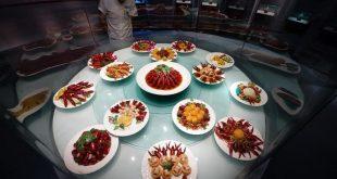 JIANGSU, junio 13, 2018 (Xinhua) -- Platillos de cangrejo son exhibidos en un museo durante un banquete masivo de cangrejo, en Xuyi, provincia de Jiangsu, en el este de China, el 13 de junio de 2018. Más de 50,000 residentes y turistas participaron en el banquete llevado a cabo el miércoles en Xuyi. Las industrias relacionadas a los cangrejos en China vieron un alto crecimiento en el último año cuando la producción total se disparó un 83.15 por ciento a 268.5 mil millones de yuanes (42 mil millones de dólares estadounidenses) en 2017, de acuerdo con un informe publicado el martes. Un total de 1.13 millones de toneladas de cangrejo fueron criados el año pasado, con las provincias de Hubei, Anhui, Hunan, Jiangsu y Jiangxi siendo las mayores productoras. (Xinhua/Li Xiang)