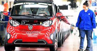 """新华社照片,北京,2018年7月6日     不畏浮云遮望眼——透视当前中国经济基本面     在广西柳州的上汽通用五菱汽车股份有限公司,员工对准备下线的新能源汽车进行检测(1月23日摄)。     中国经济引发全球聚焦——     正值2018年上下半场交替期,部分需求指标增速有所波动,外部环境不确定性有增无减,上半场是否稳得住?下半场能否有进步?     不畏浮云遮望眼。观察大国经济要看全局,准确看待短期数据升降之""""形"""",准确把握经济长期向好之""""势"""",方能察形辨势,拨云见日。     风物长宜放眼量。观察大国经济须辨大势,认清中国经济韧性强、潜力大、后劲足的基本面,方能明晰方向,坚定信心。     新华社记者 张爱林 摄"""