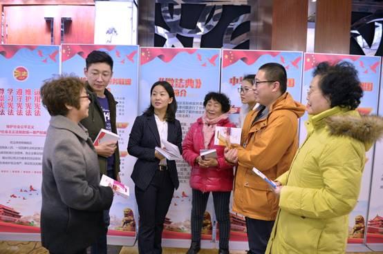 El 3 de diciembre de 2018, después del final de un curso informativo sobre la Conferencia Constitucional, organizado por la comunidad de la calle Chaowai, distrito Chaoyang de Beijing, los residentes consultaron a Chu Hongwei, una abogada, sobre sus problemas legales. (Foto: Xu Wei/Diario del Pueblo)