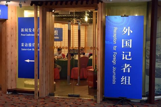 Trabajadores realizan preparativos en la zona de recepción para periodistas extranjeros en el centro de prensa para las Dos Sesiones de China, el 27 de febrero. (Wen Qiyu / Pueblo en Línea)