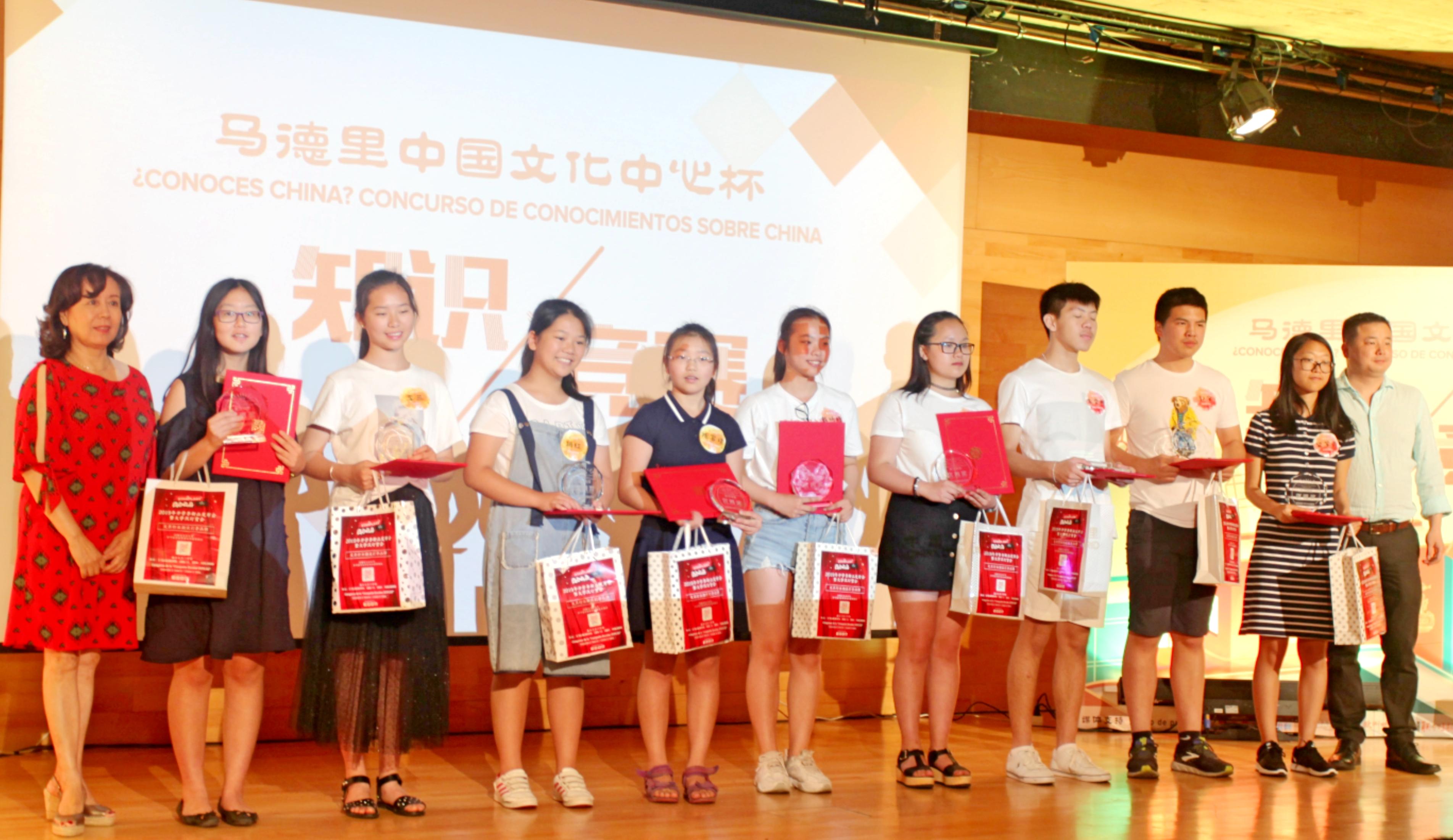 嘉宾给获得优秀奖的选手颁奖