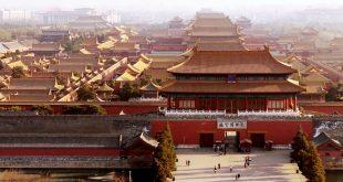 """新华社照片,北京,2017年2月9日     北京:加强古都文化风貌保护     从北京景山公园远眺故宫博物院(2月8日摄)。     近年来,北京市加大了古都文化风貌保护工作力度,提出首都的建设发展必须符合古都风貌保护要求,实施""""小规模、渐进式、多样化、微循环""""有机更新的方法,本着""""修旧如旧""""的目标,改善旧城区居住和旅游环境。     新华社记者李欣摄"""