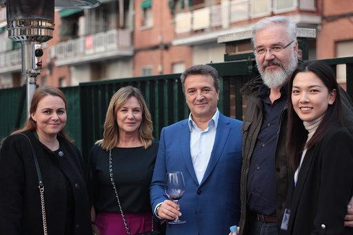 西班牙当地我的反弹品牌董事长安东尼·奥·塞拉诺(右二),和夫人EstíbalizdelPrado(左一)